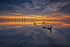 Solnedgångreflexion på den blåa timmen Royaltyfri Fotografi