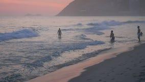 Solnedgångreflexion på den Ipanema stranden stock video