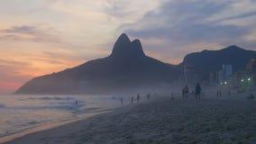 Solnedgångreflexion på den Ipanema stranden lager videofilmer