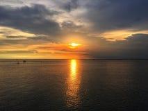 Solnedgångreflexion på fartyget och havet slapp bakgrundsfokus royaltyfria bilder