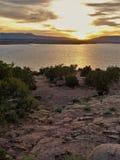 Solnedgångreflexioner på Abiquiu sjön Arkivfoto