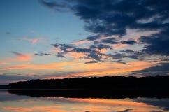 Solnedgångreflexioner på Linwood Lake arkivfoto