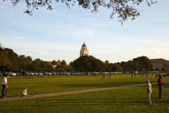 Solnedgångscence på den utvändiga Stanford-universitetet för grönt land Fotografering för Bildbyråer