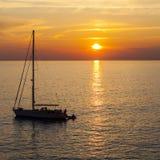 Solnedgångsegelbåt Arkivfoto