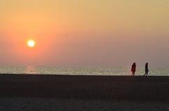 Solnedgångserenitet vid lugna vattnen av havet royaltyfri fotografi