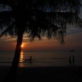 Solnedgångshilhouette på havet från Thailand arkivfoto