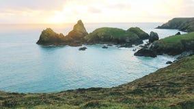Solnedgångsikt över den Kynance lilla viken, Cornwall arkivfoton