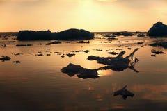 Solnedgångsikt över Yokulsarlon den is- sjön med små smältande isberg Arkivbilder