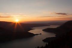 Solnedgångsikt av Annecy sjön från Sänka du Forclaz Arkivfoto