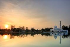 Solnedgångsikt av att sväva moskén Royaltyfria Bilder