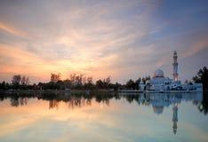 Solnedgångsikt av att sväva moskén arkivfoto