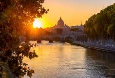 Solnedgångsikt av basilikan St Peter, bron Sant Angelo och floden Tiber i Rome Royaltyfria Foton