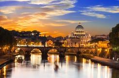 Solnedgångsikt av basilikan St Peter och floden Tiber i Rome Arkivbild