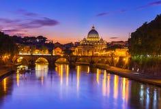 Solnedgångsikt av basilikan St Peter och floden Tiber i Rome Royaltyfria Foton