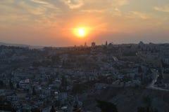 Solnedgångsikt av den gamla staden av Jerusalem, tempelmonteringen och al-Aqsamoskén från Mt Scopus Israel arkivbilder