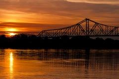 Solnedgångsikt av den historiska Ironton-Russell bron - Ohio River - Ohio Royaltyfria Foton