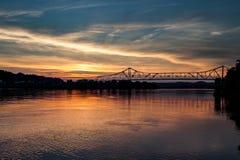 Solnedgångsikt av den historiska Ironton-Russell bron - Ohio River - Ohio Arkivfoto