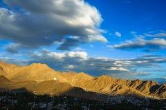 Solnedgångsikt av den Leh staden, Ladakh, Indien Royaltyfria Bilder