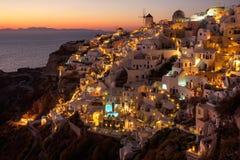 Solnedgångsikt av den Oia staden på Santorini i Grekland Arkivbilder