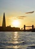 Solnedgångsikt av den tornbron & skärvan Arkivbild