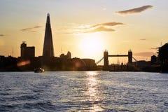 Solnedgångsikt av den tornbron & skärvan Royaltyfria Foton