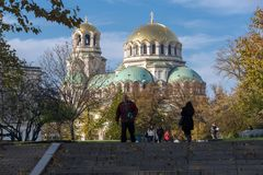 Solnedgångsikt av domkyrkahelgonet Alexander Nevski i Sofia, Bulgarien Royaltyfri Bild