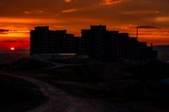Solnedgångsikt av en allmännyttankonstruktion Royaltyfria Bilder