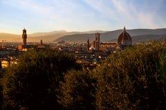Solnedgångsikt av Florence, Palazzo Vecchio och Florence Duomo, Ita royaltyfri fotografi