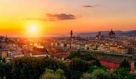 Solnedgångsikt av Florence, Ponte Vecchio, Palazzo Vecchio och Florence Duomo Royaltyfri Fotografi