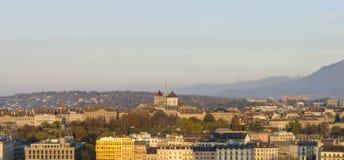 Solnedgångsikt av Genève och dess domkyrka Fotografering för Bildbyråer