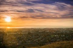 Solnedgångsikt av Hayward och den fackliga staden Arkivfoto