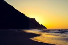 Solnedgångsikt av kusten för Na Pali på den Kalalau stranden Royaltyfri Fotografi