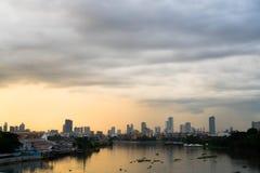 Solnedgångsikt av Manila på den Zamora bron royaltyfri bild