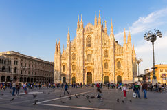 Solnedgångsikt av Milan Cathedral (Duomodien Milano) och piazza del Duomo i Milan Royaltyfria Foton