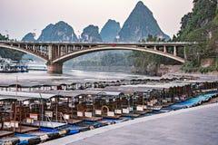 Solnedgångsikt av porten på Li River royaltyfri fotografi
