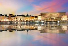 Solnedgångsikt av Royal Palace i Stockholm sweden Arkivbilder
