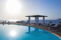Solnedgångsikt av simbassängen med havssikt Arkivfoton
