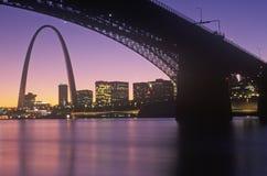 Solnedgångsikt av St Louis, Mo-horisont och den Eads bron fotografering för bildbyråer