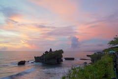 Solnedgångsikt av templet Pura Tanah Lot från det kust- kafét Arkivfoton