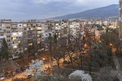 Solnedgångsikt av typisk bostads- byggnad från den kommunistiska perioden i stad av Sofia, Bulgarien arkivbild