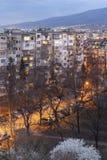 Solnedgångsikt av typisk bostads- byggnad från den kommunistiska perioden i stad av Sofia, Bulgarien arkivbilder