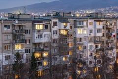 Solnedgångsikt av typisk bostads- byggnad från den kommunistiska perioden i stad av Sofia, Bulgarien royaltyfria bilder