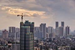 Solnedgångsikt av under-konstruktionsbyggnad och många hög-slut företag liksom finans, försäkring, fastighet, Guangzhou stad, royaltyfria foton