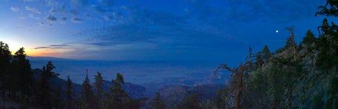 Solnedgångsikt från den flyg- spårvägen för Palm Springs in mot Coachella Valley Arkivbild