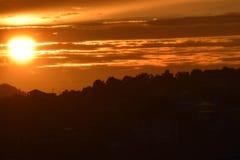 Solnedgångsikt från en husbalkong royaltyfria bilder
