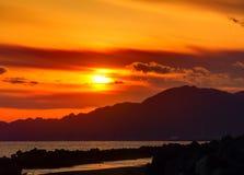 Solnedgångsikt från kusten med vågbrytare Arkivfoton