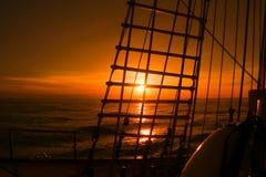 Solnedgångsikt från seglingskeppet Arkivbild