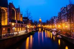 Solnedgångsikt i den gamla staden av Amsterdam, Nederländerna arkivbilder