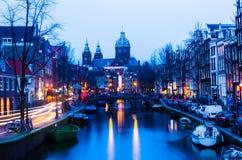 Solnedgångsikt i den gamla staden av Amsterdam, Nederländerna arkivbild