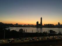 Solnedgångsikt i Seoul med 63 som bygger Arkivbild